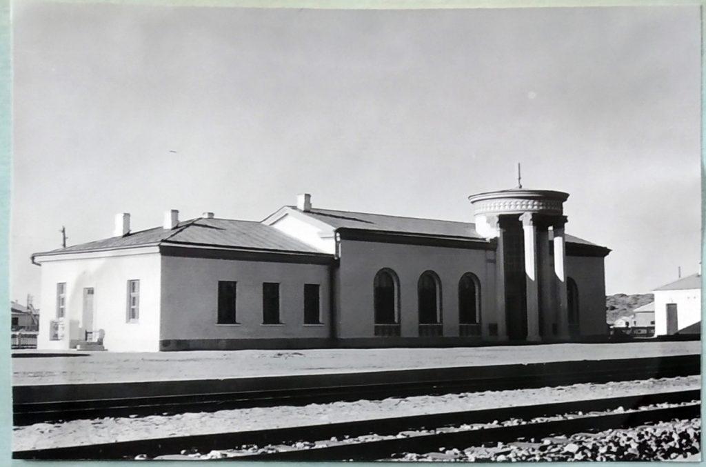 Только что построенное здание вокзала станции Улан-Уул