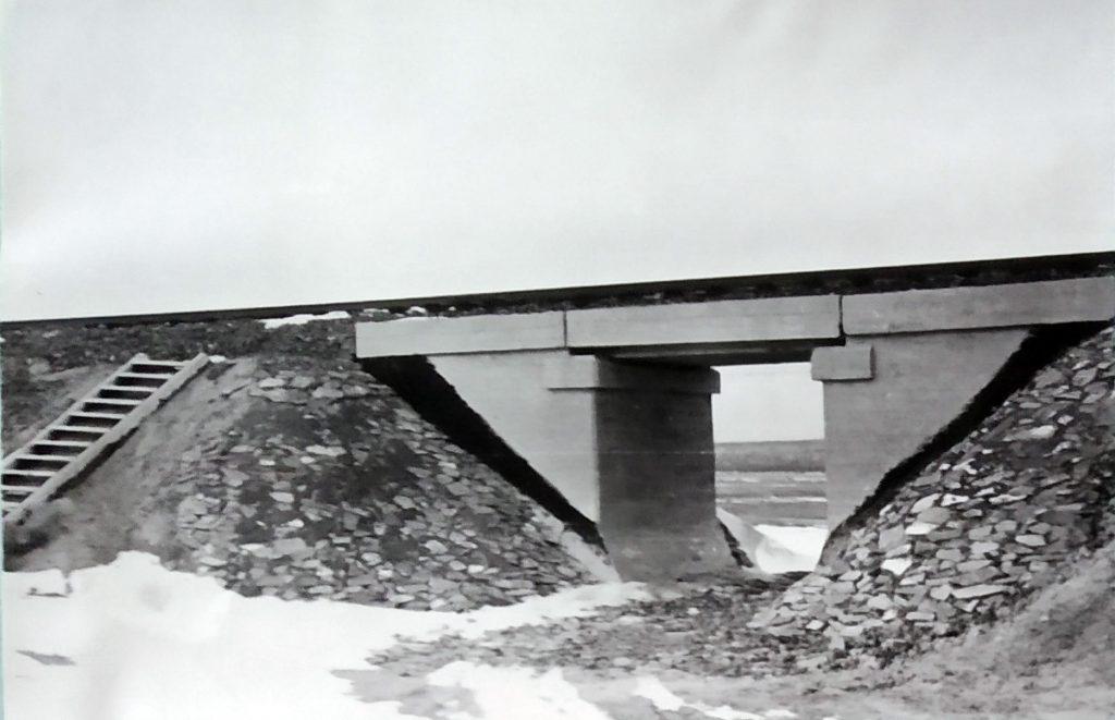Однопролётный железобетонный мост, сооружённый взводом лейтенанта Г. Сперанского зимой 1955 года