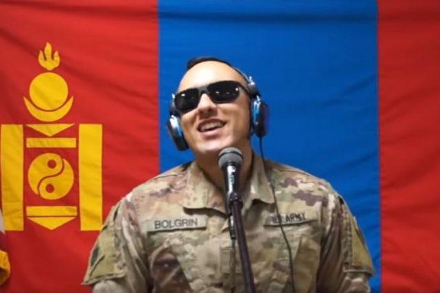 Миротворцы мира спели песню перед флагом Монголии
